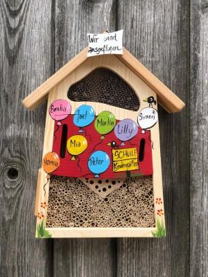"""Insektenhaus """"Insektenquartier klein rot mit Luftballons"""" personalisiert"""