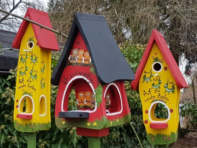 Futterhaus mit Silo - Futtervilla klein Eulen rot - personalisiert