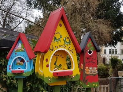 Futterhaus mit Silo - Futtervilla klein Grashüpfer gelb - personalisiert