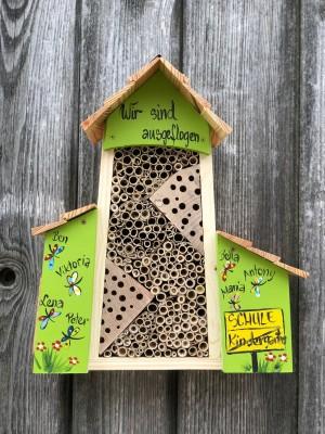 Bienenhotel groß mit Anbau kiwigrün mit Schmetterlingen personalisiert