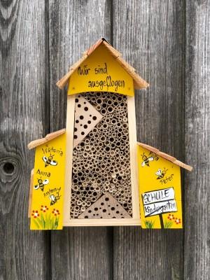 Bienenhotel groß mit Anbau gelb mit Bienen personalisiert