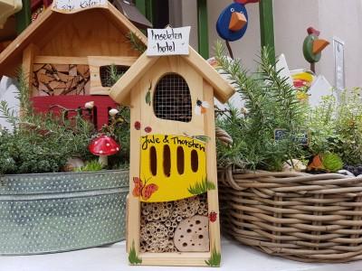Insektenhotel klein gelb personalisiert