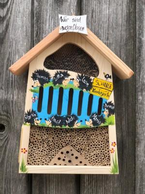 """Insektenhaus """"Insektenquartier klein hellblau mit Igeln"""" personalisiert"""