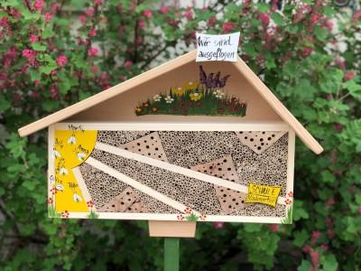 """Bienenhotel """"zur Sonne"""" gelb mit Bienen personalisiert stehend"""