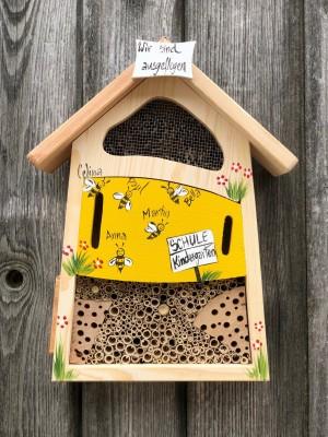 """Insektenhaus """"Insektenquartier klein gelb mit Bienen"""" personalisiert"""