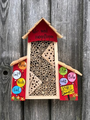 Bienenhotel groß mit Anbau rot mit Luftballons personalisiert
