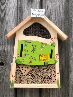 """Insektenhaus """"Insektenquartier klein kiwigrün mit Schmetterlingen"""" personalisiert"""