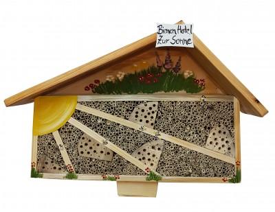 """Bienenhotel """"Bienen Hotel zur Sonne"""" bemalt stehend"""